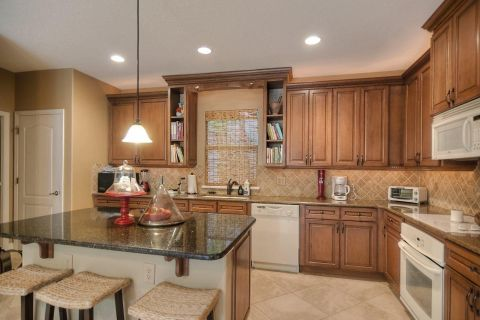 Spacious kitchen with gorgeous granite and 42-inch cabinets!